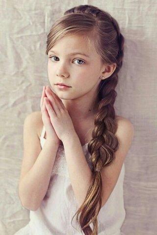 Fryzury na wesele dla dziewczynek - klasyczny warkocz