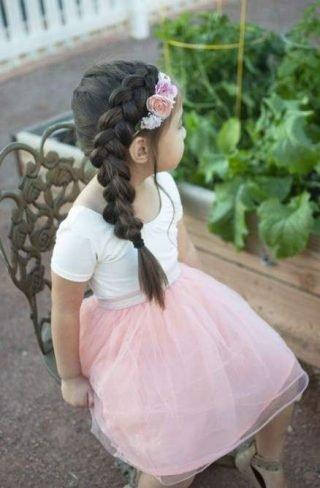 Fryzury na wesele dla dziewczynek - warkocz na bok