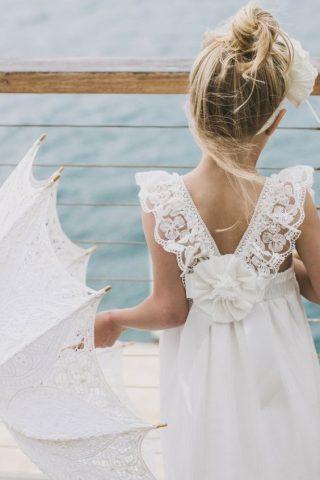 Fryzury na wesele dla dziewczynek - naturalny kok