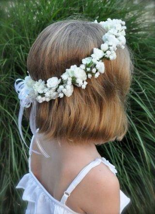 Fryzury na wesele dla dziewczynek - włosy do ramion