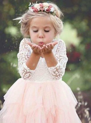 Fryzury na wesele dla dziewczynek – luźno upięte włosy