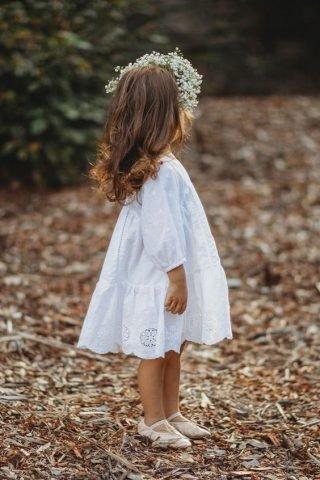Fryzury na wesele dla dziewczynek - delikatne skręty