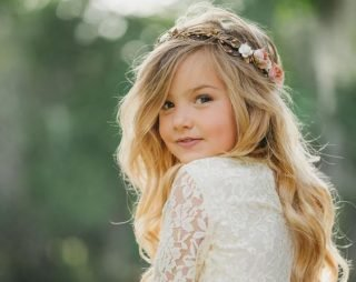 Fryzury na wesele dla dziewczynek - lekkie fale z wiankiem