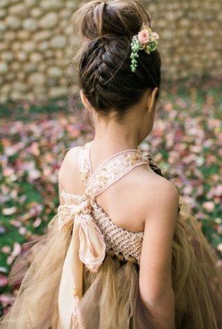 Fryzury na wesele dla dziewczynek - wysoki kok