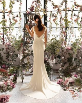 Fryzury ślubne z kwiatem 2020