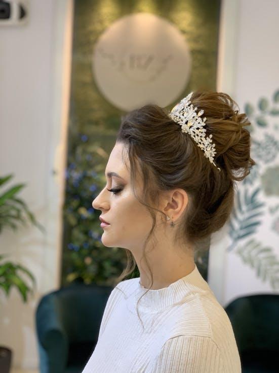 fryzura ślubna z tiarą