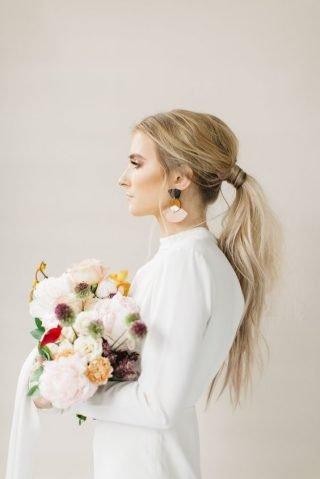 Fryzury ślubne 2020 - kucyk z blond włosów
