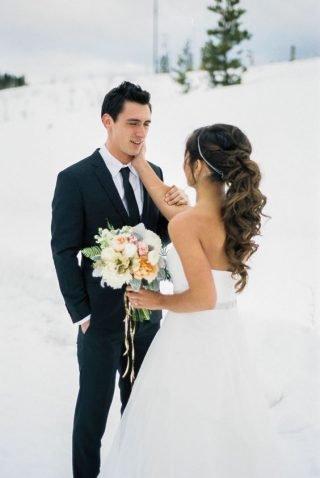 Fryzury ślubne 2020 - kręcone włosy