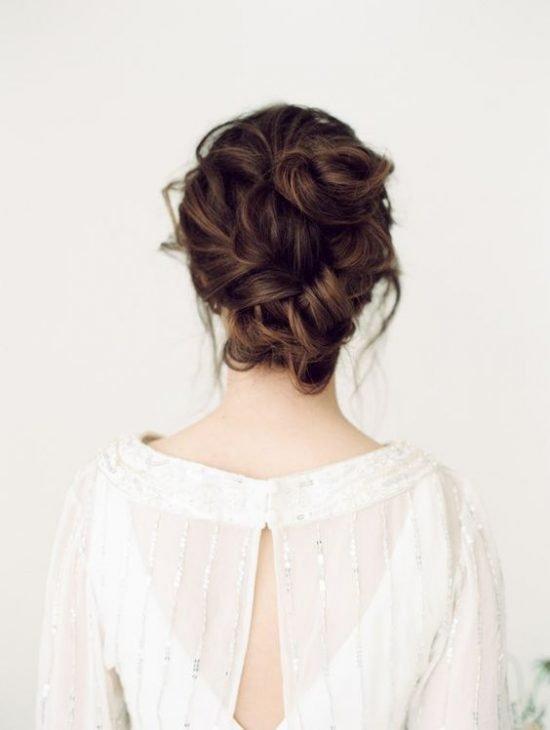 Fryzury ślubne 2020 - luźno upięte włosy