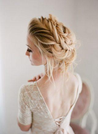 Fryzury ślubne 2020 - korona wokół głowy