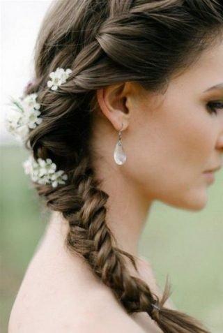 Fryzury ślubne 2020 - kłos z kwiatami