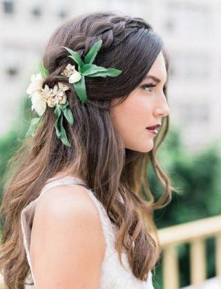 Fryzury ślubne 2020 - włosy rozpuszczone z kwiatkami