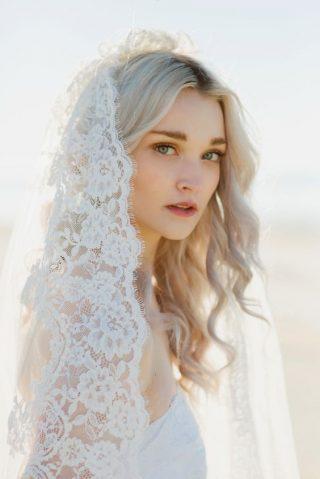 Fryzury ślubne 2020 - fale z welonem