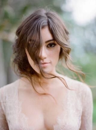 Fryzury ślubne 2020 - włosy częściowo upięte
