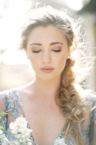 Fryzury ślubne 2020 - luźny warkocz