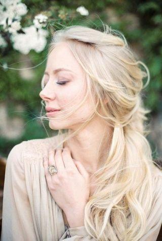 Fryzury ślubne 2020 - włosy na bok