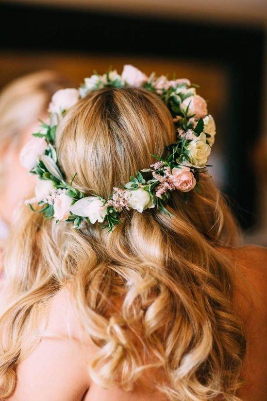 Fryzury ślubne 2020 - wianek z żywych kwiatów