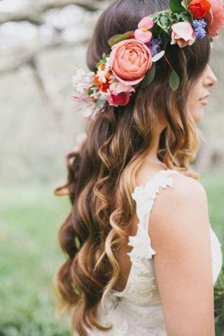 Fryzury ślubne 2020 - pofalowane włosy i wianek