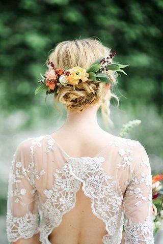 Fryzury ślubne 2020 - półdługie włosy