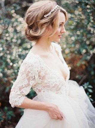 Fryzury ślubne 2020 - uczesanie z ozdobą