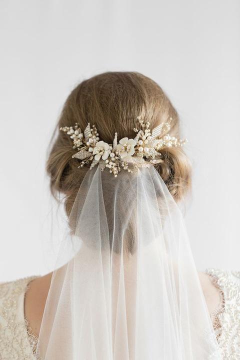 Fryzury ślubne z welonem i kwiatami 2020