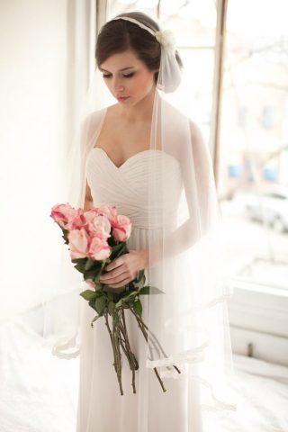Fryzury ślubne 2020 - koki nisko upięte