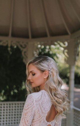 Fryzury ślubne z cienkich włosów - włosy na bok