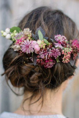 Fryzury ślubne dla cienkich włosów - kwiaty