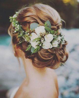 Fryzury ślubne dla cienkich włosów z kwiatami