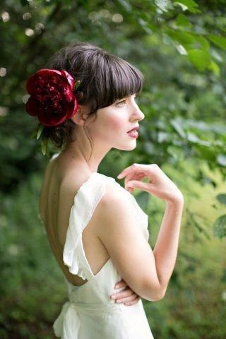 Fryzury ślubne z grzywką z kwiatem