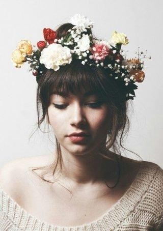 Fryzury ślubne z grzywką z kwiatami