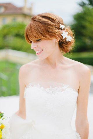 Fryzury ślubne z grzywką - upięcie z kwiatami