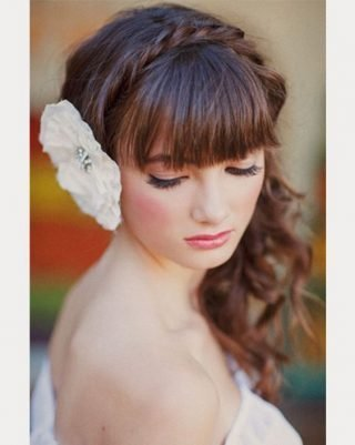Fryzury ślubne z grzywką z kwiatkiem na boku