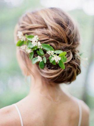 upięcie na wesele z żywymi kwiatami
