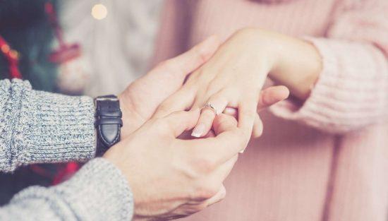 Jak dobrać rozmiar pierścionka zaręczynowego?