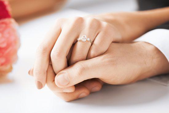 Jak nosić pierścionek zaręczynowy po ślubie? - zdjęcie 2
