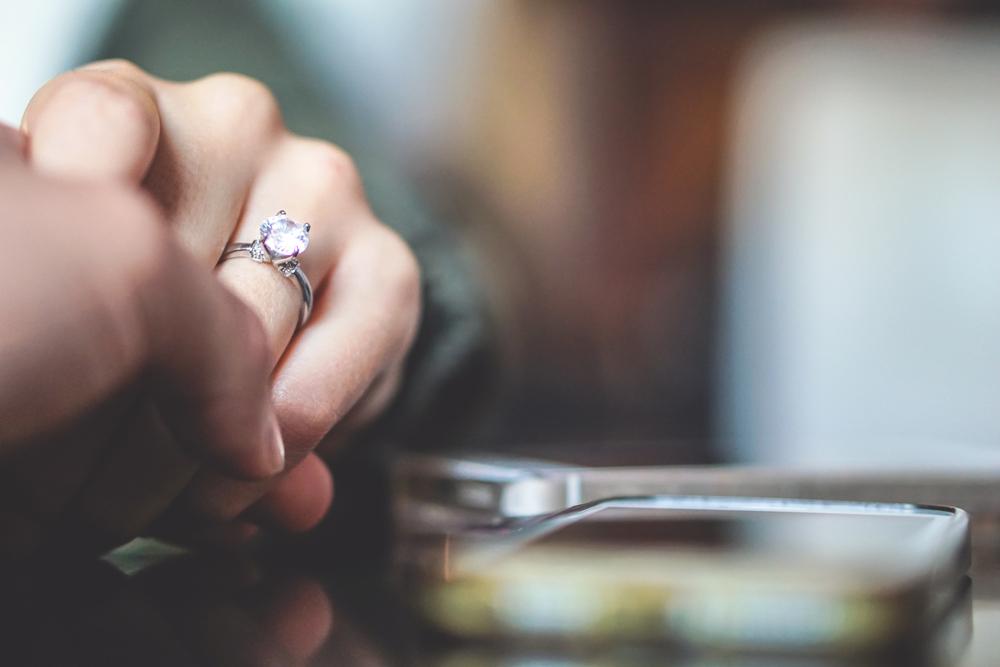 Jak nosić pierścionek zaręczynowy po ślubie? - zdjęcie 3