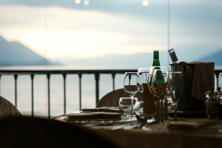 stół kolacja nad jeziorem