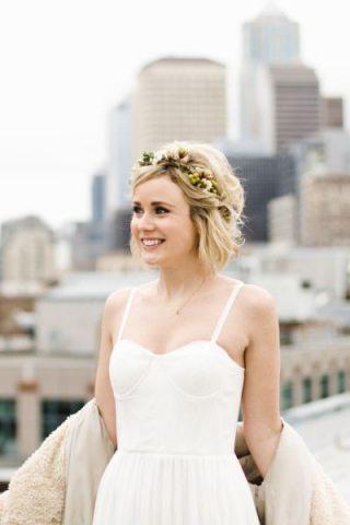 Krótkie fryzury ślubne z kwiatami