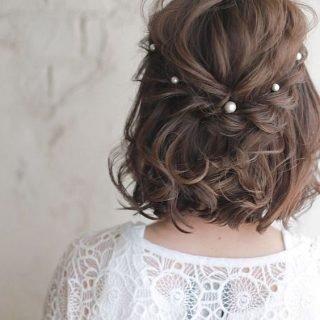 Krótka fryzura ślubna z kręconych włosów