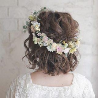 Krótkie fryzury ślubne z wiankiem