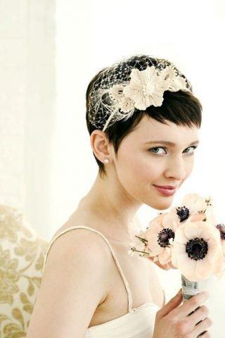 Krótkie fryzury ślubne z ozdobą