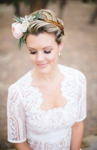 Krótkie fryzury ślubne z dużym kwiatem
