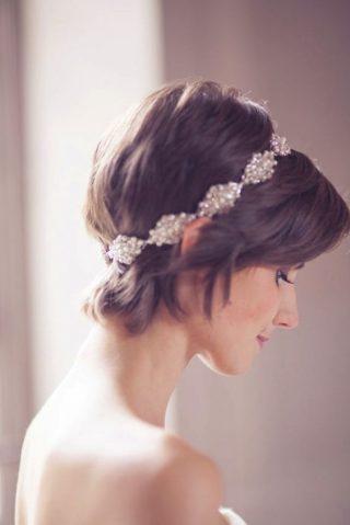 Krótkie włosy z ozdobą - fryzury ślubne