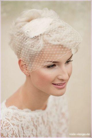 Krótka fryzura ślubna z fascynatorem
