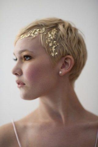 Włosy ze złotymi zdobieniami - fryzury ślubne