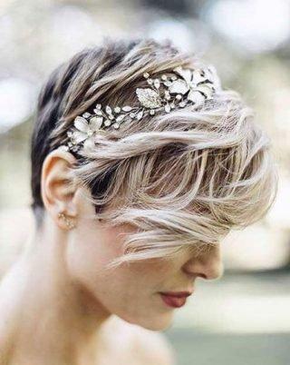 Krótka fryzura ślubna z tiarą
