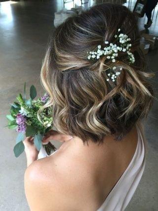 Częściowo upięte krótkie włosy - fryzury ślubne
