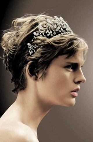 Krótka fryzura ślubna z koroną