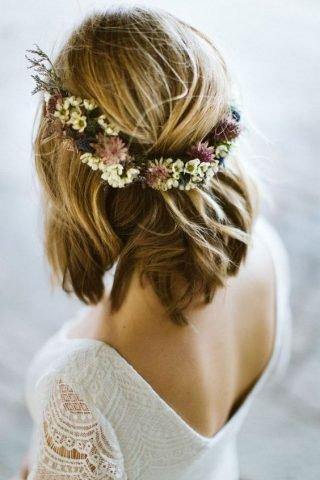 Półdługie fryzury ślubne z wiankiem